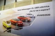 Stand de Volkswagen con un cartel sobre sus futuros modelos eléctricos