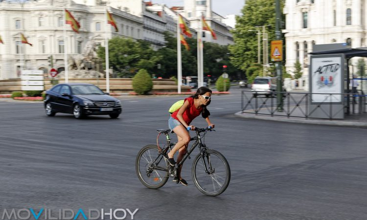 Ciclistas y coches en Madrid