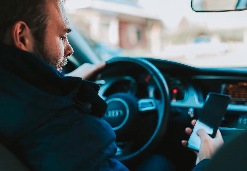 Distracciones por teléfono móvil en la conducción