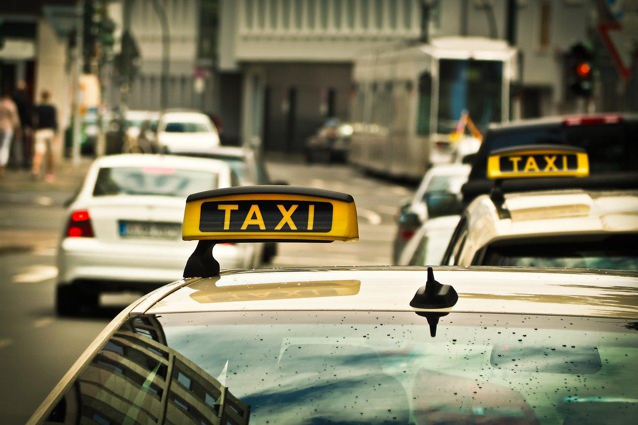 Más de una persona en coche o taxi o VTC